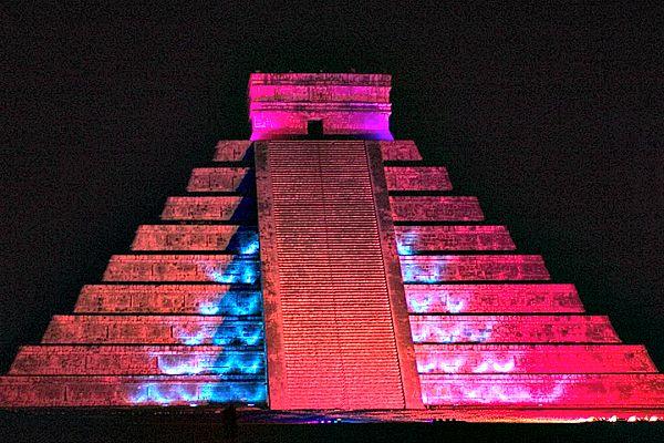 Imagen nocturna de la pirámide Kukulkán, también conocida como El Castillo (Flickr)
