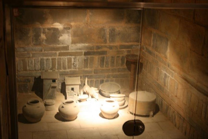 Tumba china sellada con ajuar funerario que incluye vasijas y edificios en miniatura. Está situada en Luoyang, provincia de Henan, China, y fue construida durante la época de la dinastía Han Oriental (25 d. C. – 220 d. C.) (CC BY-SA ALL)
