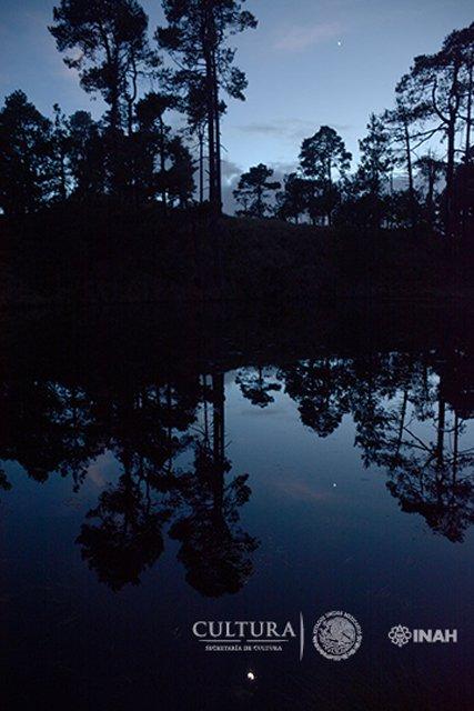 El cielo nocturno se refleja en el lago. (Imagen: Isaac Gómez, cortesía de Proyecto Arqueológico Nahualac, SAS-INAH.)