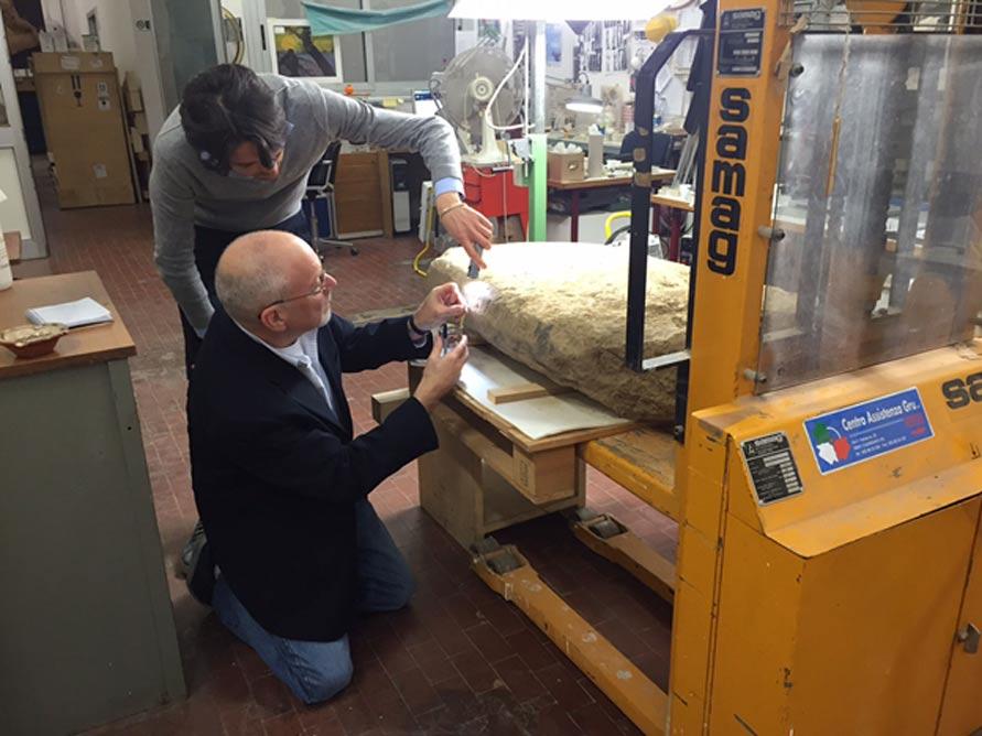 Científicos examinando la estela etrusca presentada recientemente. (Proyecto Valle del Mugello)
