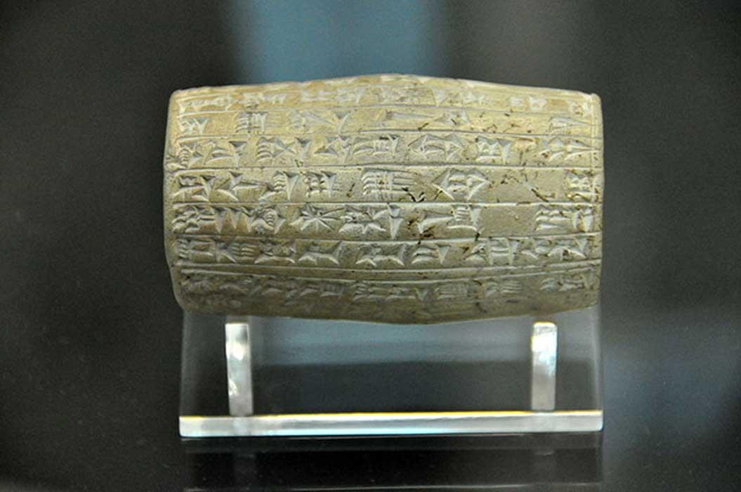 Este pequeño cilindro de terracota documenta las obras realizadas por el rey Nabopolasar en las murallas de la ciudad de Babilonia. Hallado en Babilonia, Mesopotamia, Irak. Periodo neobabilónico, 625 a. C. – 605 a. C. Museo británico, Londres. (Osama Shukir Muhammed Amin FRCP (Glasg)/CC BY SA 4.0)