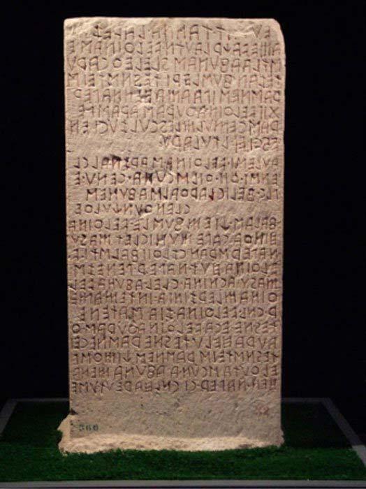 Cipo de Perugia. El ejemplo más antiguo conocido de un texto etrusco, escrito en una forma primitiva de alfabeto latino. (Louis-garden/ CC BY SA 3.0 )