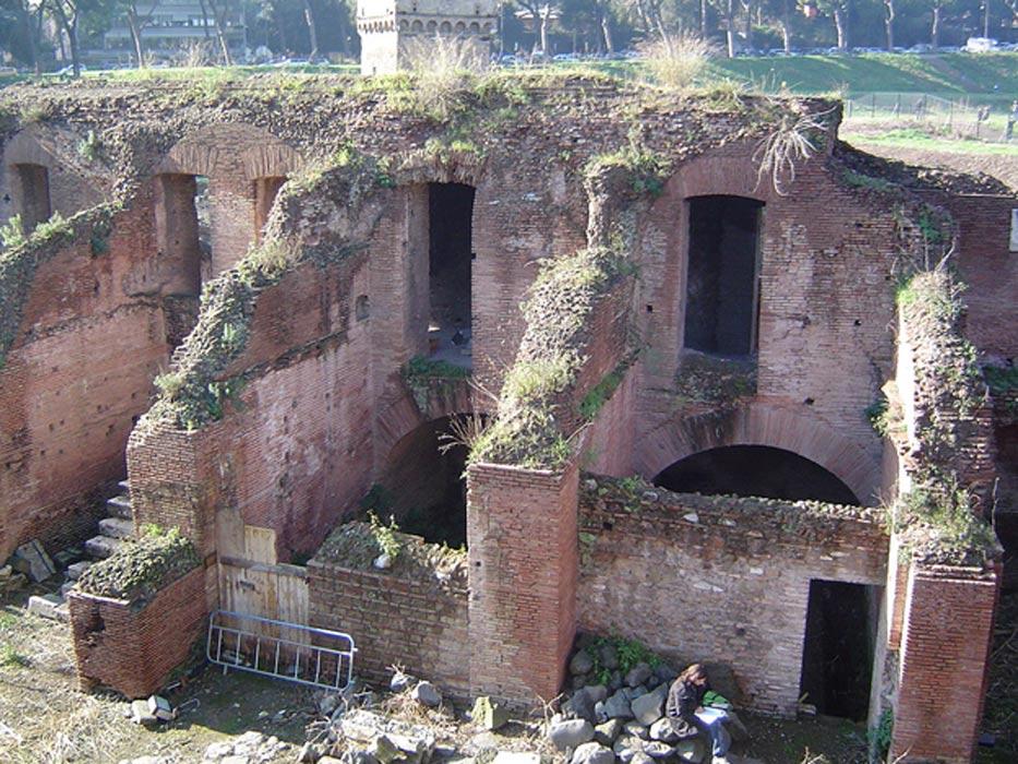 Arcos de las ruinas del Circo Máximo de Roma: el mayor estadio para carreras de cuádrigas de la historia. (Wikimedia Commons/Joris van Rooden)