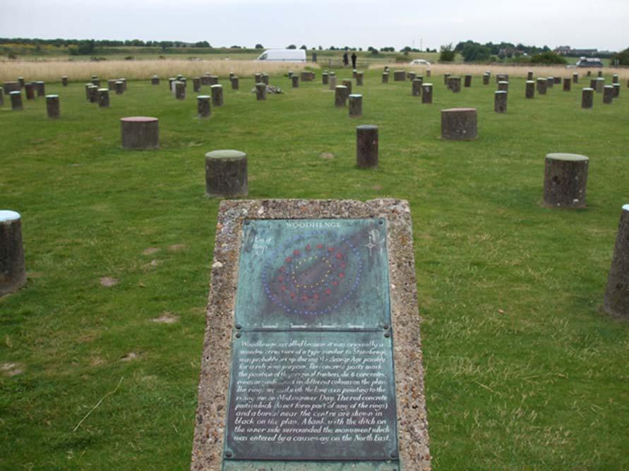 En Wiltshire (Inglaterra), cerca de Stonehenge, hay un círculo prehistórico de madera alternativo, con postes cortos que representan a los originales. (CC BY 2.5)