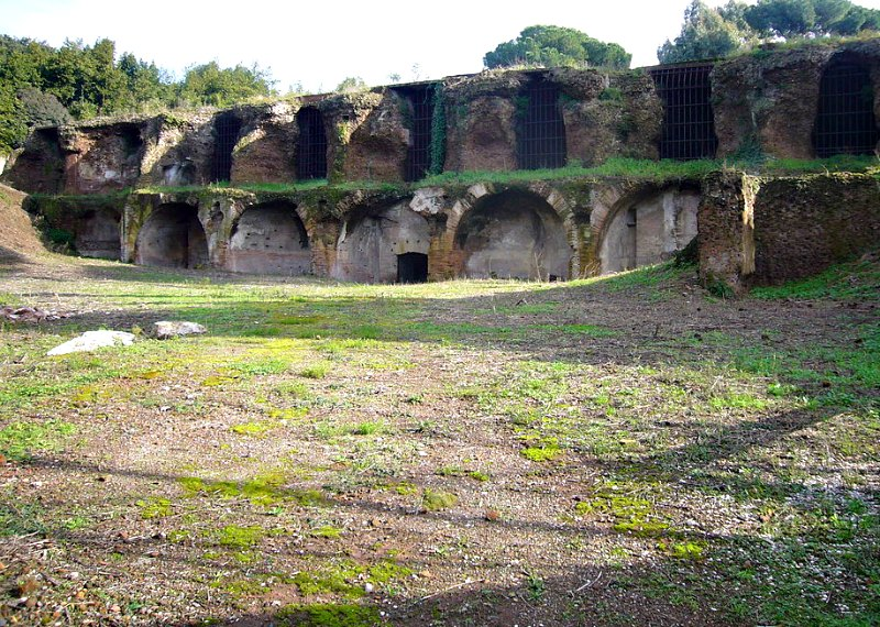 """Vista de parte de las ruinas de la enorme cisterna de las """"siete salas"""" en su estado actual. (Lalopa/CC BY-SA 3.0)"""