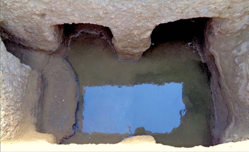 El equipo de investigadores también encontró una serie de desagües y cisternas que podrían haber almacenado en su momento más de 17.000 litros de agua. Crédito: S.E. Sidebotham / Universidad de Cambridge