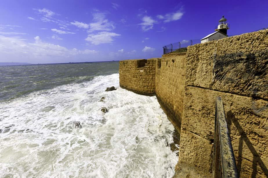 Ciudad Vieja de Acre. La fortaleza templaria se alzaba donde hoy en día se encuentra el faro moderno. (andreiorlov/Adobe)
