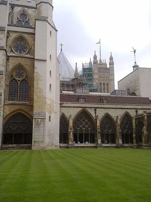 Los claustros interiores de la Abadía de Westminster mirando al sudoeste en dirección a la Torre Victoria del Palacio de Westminster. (Ozeye/CC BY SA 3.0)