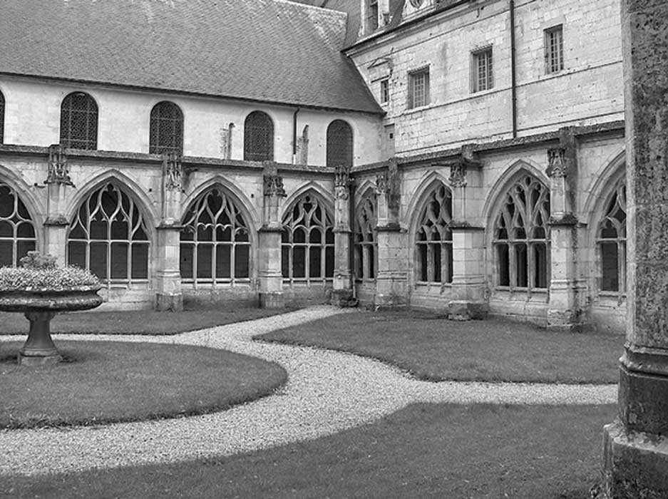 Claustros y patio del monasterio francés de St. Wandrille, donde se elabora esta nueva cerveza monástica. (CC BY SA 3.0)