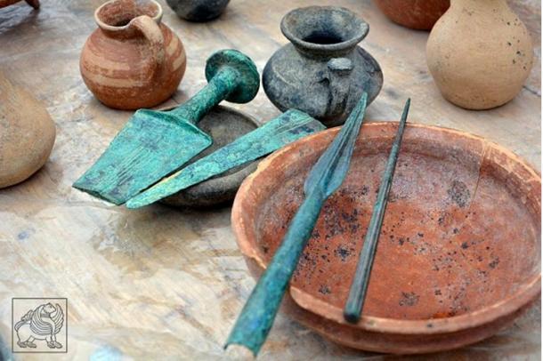 Vasijas de barro y armas de bronce halladas en Grakliani, asentamiento que lleva siendo excavado ocho años.(Qartli.ge photo)