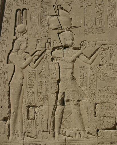Cleopatra VII y su hijo Cesarión en un relieve del templo de Dendera (CC BY-SA 3.0)