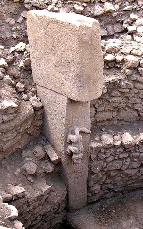 Predador de larga cola (¿un cocodrilo?), tallado en altorrelieve sobre un pilar de piedra, Göbekli Tepe (Dominio público)
