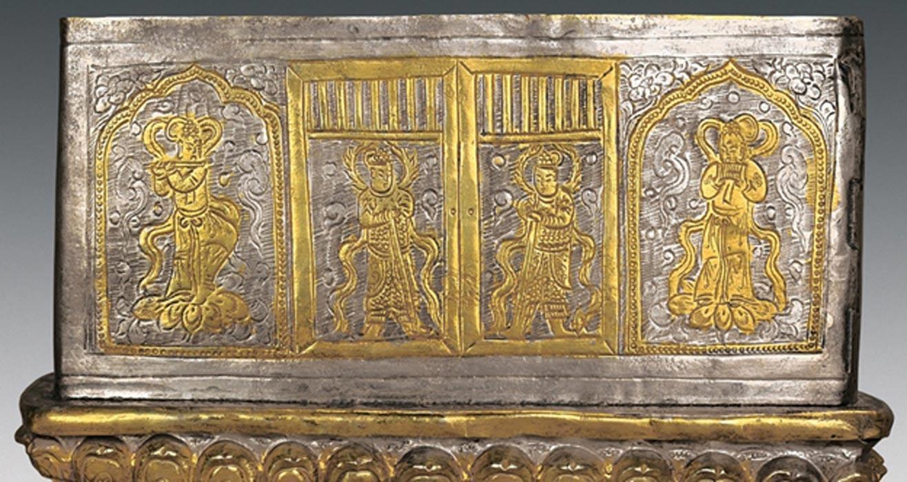 El cofre de plata hallado en el interior del stupa está decorado con imágenes de dioses guardianes armados con espadas (centro) y de espíritus llamados apsaras (a ambos extremos), que aparecen tocando instrumentos musicales.(Chinese Cultural Relics)