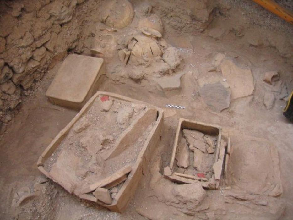Los arqueólogos encontraron relicarios rectangulares de barro con reliquias en su interior. (Ministerio de Cultura Helénico/Eforato de las Cícladas)