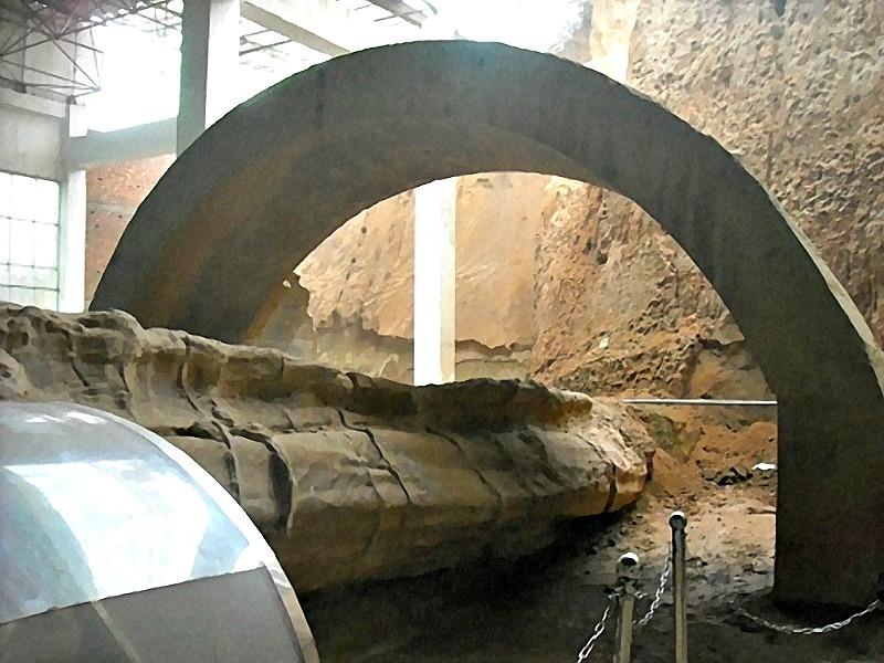 Imagen de una sección de la cola del gigantesco dragón de piedra. (Fotografía: La Gran Época)