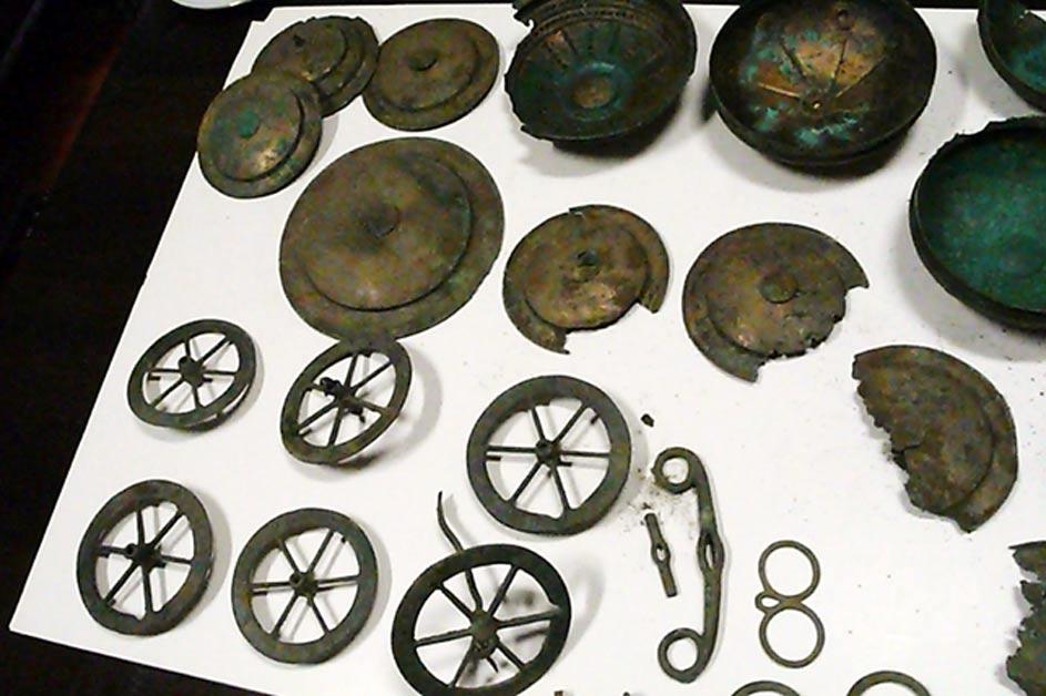 Parte de la impresionante colección de objetos de bronce descubierta en Lubusz. (Polonia). (Błażej Skaziński / Teresa Witkowska)