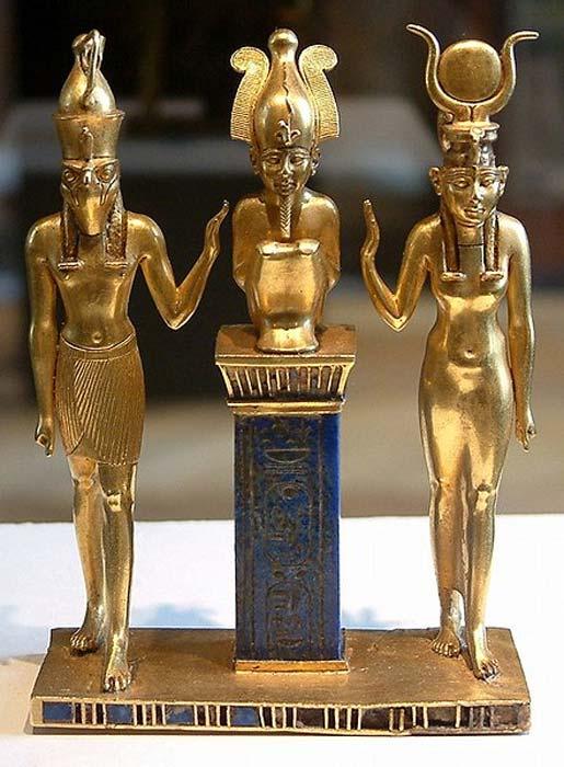 Osiris, Isis y Horus: colgante con el nombre de rey Osorkón II (CC BY-SA 1.0)