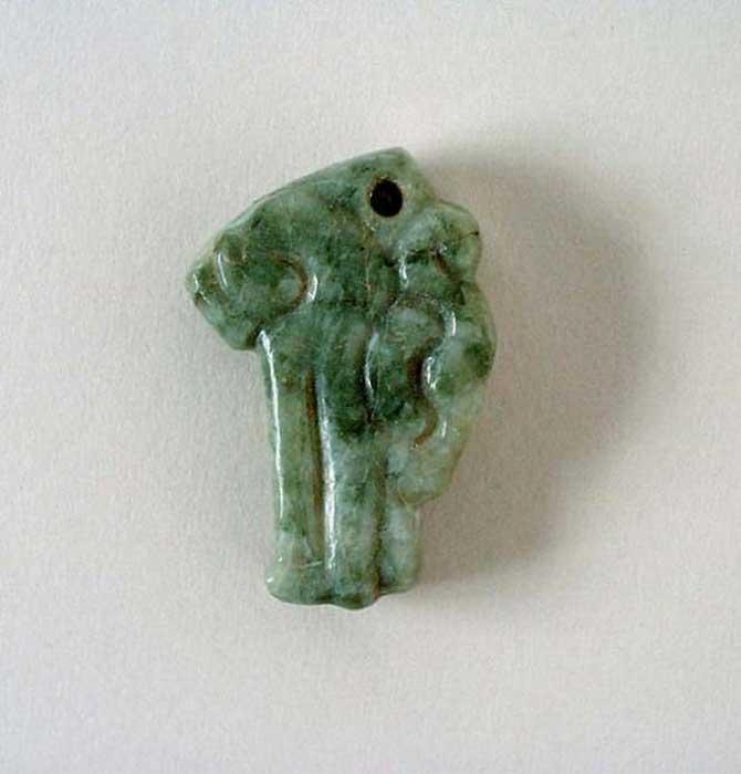 Colgante maya de jade con cabeza de serpiente. México, Chiapas o Guatemala, 200 d. C. – 900 d. C. (Dominio público)