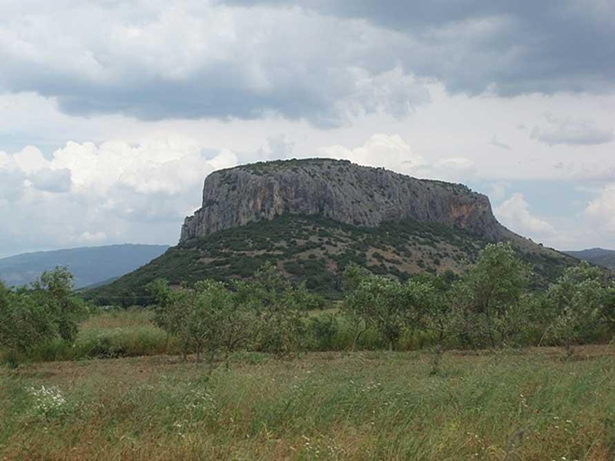 La cueva se encuentra en las laderas de una colina de piedra caliza que domina la población de Teopetra. (CC BY-SA 4.0)