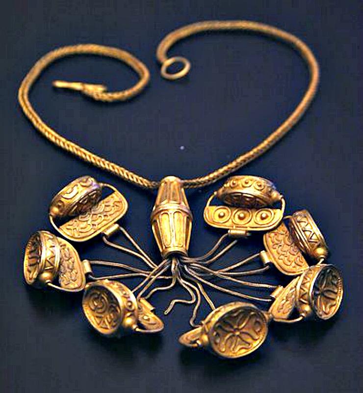 Primer plano del collar del tesoro en el que puede observarse el detallado trabajo de orfebrería. Museo Arqueológico de Sevilla, España. (José Luiz Bernardes Ribeiro/CC BY-SA 3.0)