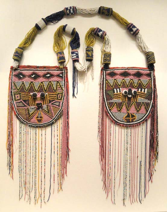 Collar africano (Odigba Ileke Ifa) de principios del siglo XX hallado en Nigeria y obra del pueblo Yoruba. Está hecho de tela, cuentas de vidrio, cartón y madera. Museo de Arte de Cleveland (Dominio público)
