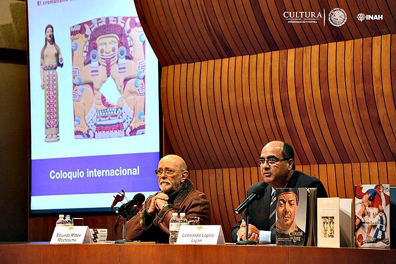 Eduardo Matos Moctezuma, (izquierda) profesor emérito del INAH, y Leonardo López Luján, (derecha), director del Proyecto Templo Mayor, durante la presentación del Coloquio Internacional Χρώμα (croma) Color Tlapalli. (Fotografía: Mauricio Marat/INAH)