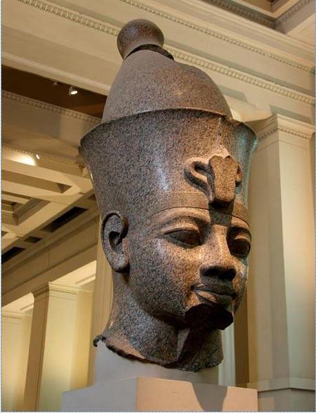 Colosal cabeza de granito de Amenhotep III. Museo Británico. (Public Domain)