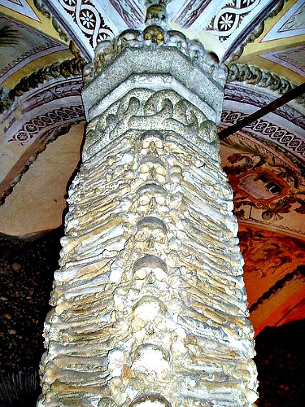 Fotografía de una de las columnas de la capilla, decorada con huesos y cráneos humanos. (Francisco Antunes/ CC BY 2.0)