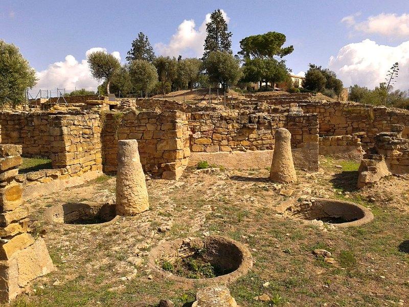 Durante su máximo apogeo Ullastret contaba con una población de unos 6.000 habitantes. En la imagen se pueden observar algunos de sus restos arqueológicos, entre los que destacan silos y columnas. (Vàngelis Villar/CC BY-SA 4.0)