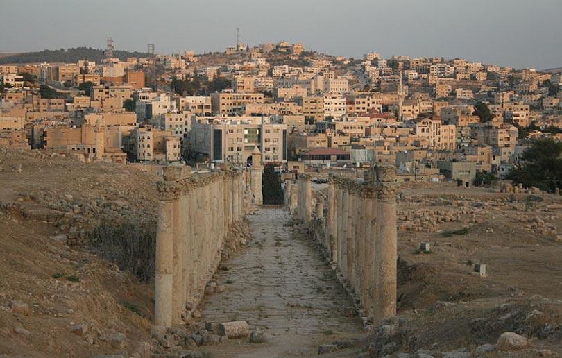 Esta columnata lleva a la parte moderna de la ciudad de Jerash. (CC BY-SA 3.0)