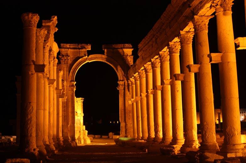 Vista nocturna de la Gran Columnata y el Arco de Triunfo de Palmira. (CC BY 2.0)