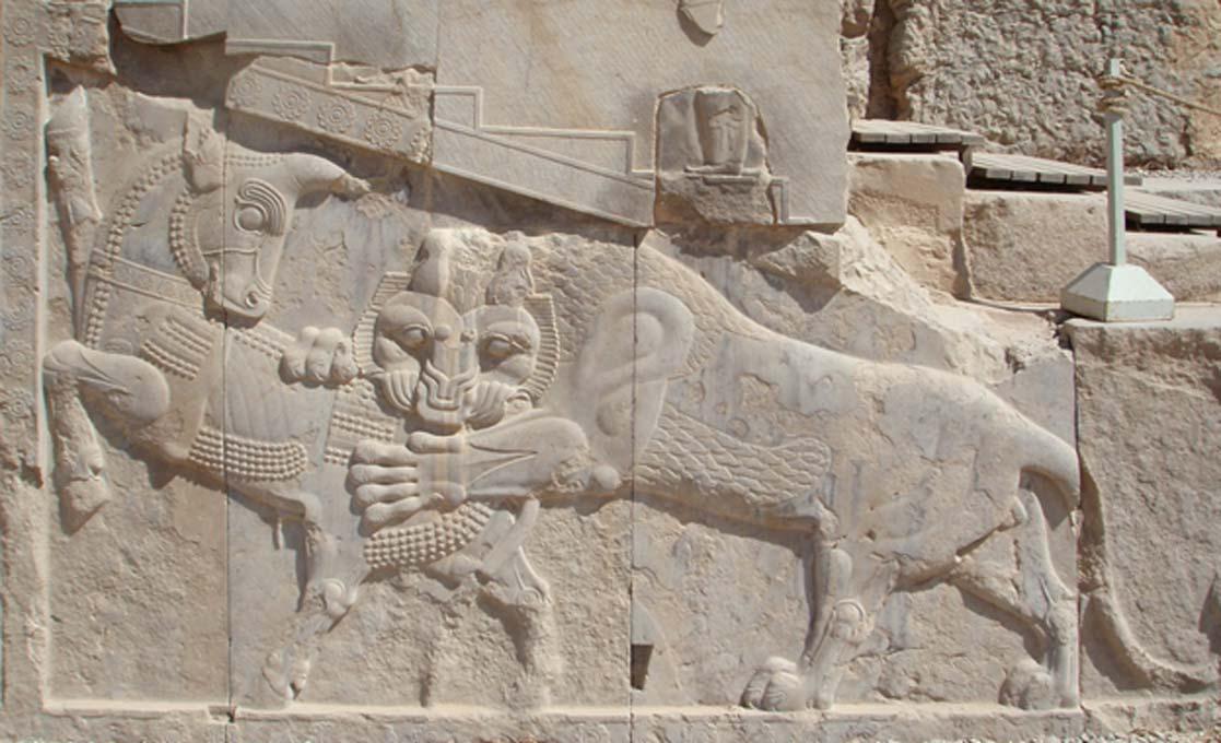 Otra imagen de un toro, ésta hallada en Persépolis y posiblemente de origen zoroástrico. Mitra estaba asociado al toro, y se cree que provenía de las religiones arias de la India y Persia. En este relieve, el león y el toro están enzarzados en un combate mítico. (CC BY-SA 3.0)