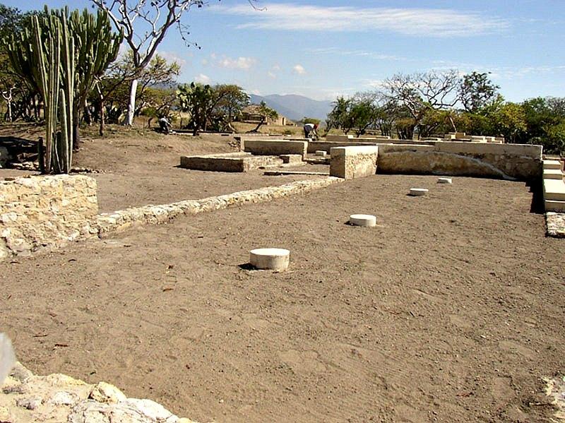 Uno de los depósitos ha sido descubierto en la Estructura V del Conjunto III (en la imagen). (Fotografía: Noemí Castillo/INAH)