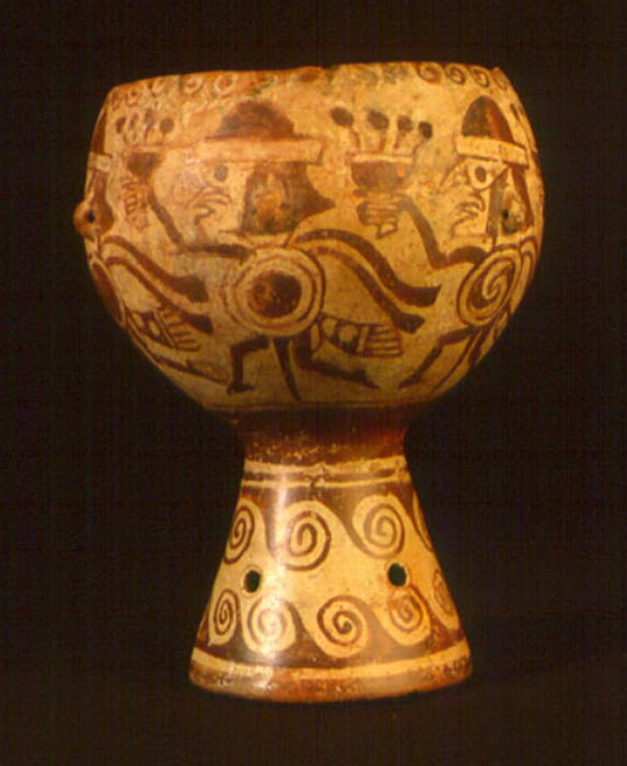 Copa ceremonial decorada con pinturas en las que se observan guerreros portando copas. (Luis Jaime Castillo Butters) Esta pieza fue hallada en la tumba de una sacerdotisa moche.