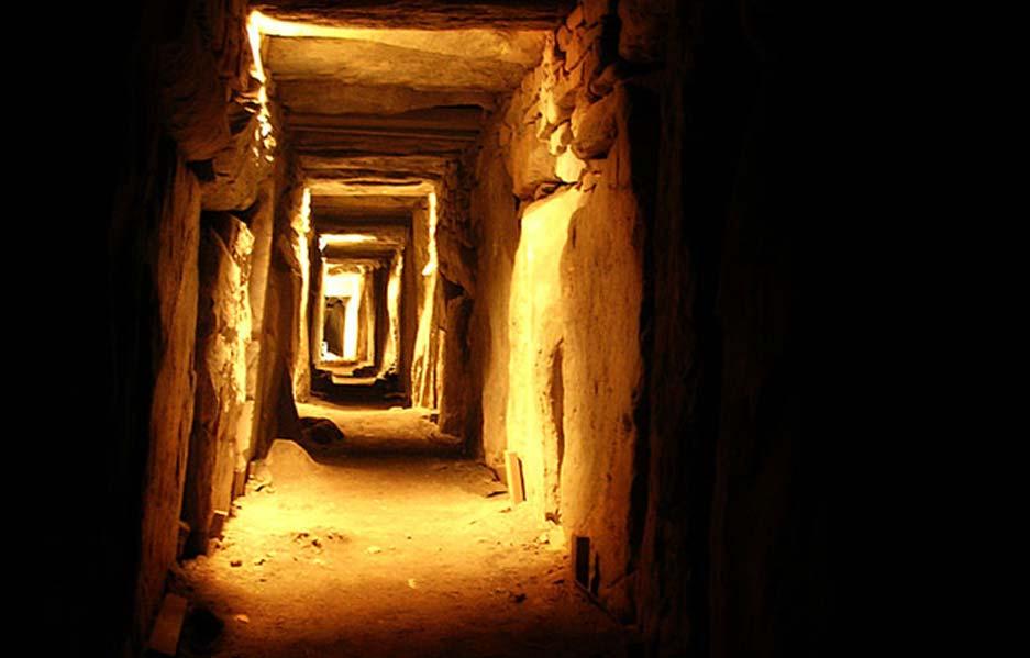 Corredor del este en el interior del monumento megalítico de Knowth, Condado de Meath, Irlanda. (Przemysław Sakrajda/CC BY SA 3.0)