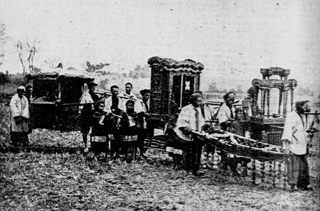 Cortejo fúnebre tradicional chino, c. 1900. (Public Domain)
