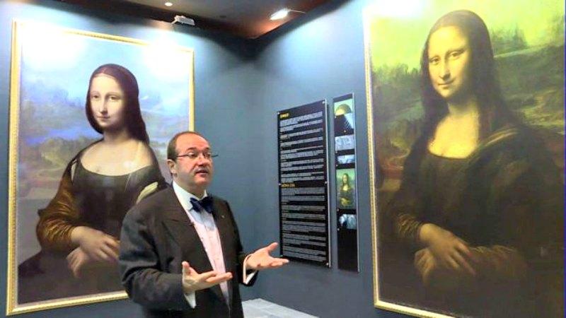 La imagen de la izquierda es una reconstrucción digital de lo que Cotte afirma haber descubierto bajo la Mona Lisa ( Brinkworth Films/BBC)