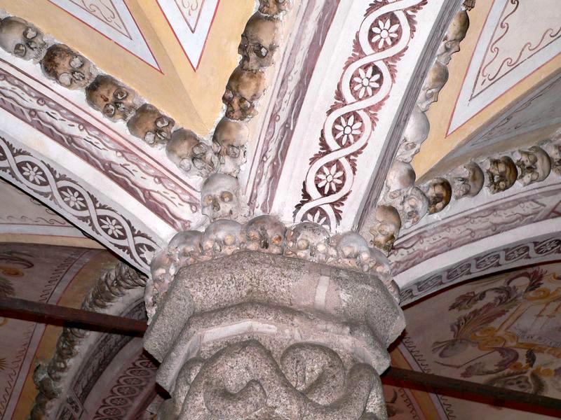 Detalle de los cráneos humanos que decoran los capiteles y nervaduras de las bóvedas de la capilla. (Nuno Sequeira André/CC BY-SA 2.0)