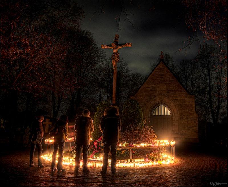 Con la llegada del Cristianismo, Samhain no desapareció, pese a los esfuerzos de la Iglesia por erradicar las tradiciones paganas. Simplemente, se transformó y adaptó a los nuevos tiempos. En la imagen, cristianos Luteranos rezando en Suecia ante la Cruz en la noche de Halloween. (Kaj Bjurman/Public Domain)