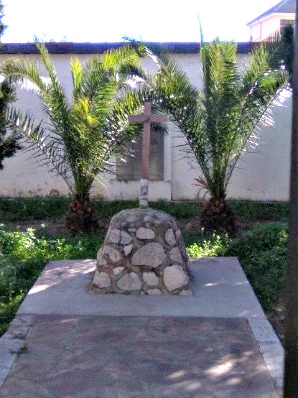 Cruz y lápida que señalan la fosa donde se encuentran enterrados los cuerpos. (Fotografía: Historia Enigmática)