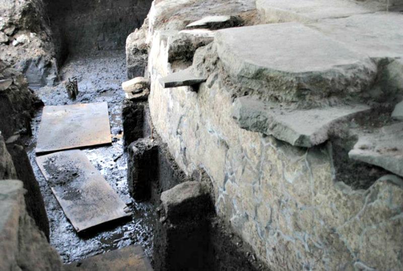Detalle del Cuauhxicalco: estructura en la que, según fuentes históricas, eran incinerados los cuerpos de los tlatoanis y en la que desemboca el túnel recién descubierto. (Fotografía: Miriam G. Marín C. / MTM-INAH)