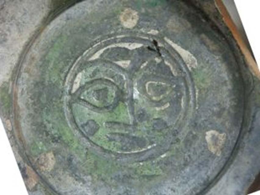 Cuenco ceramico esmaltado de los Cruzados decorado con un rostro humano, recuperado en Acre. (Michal Artzy)