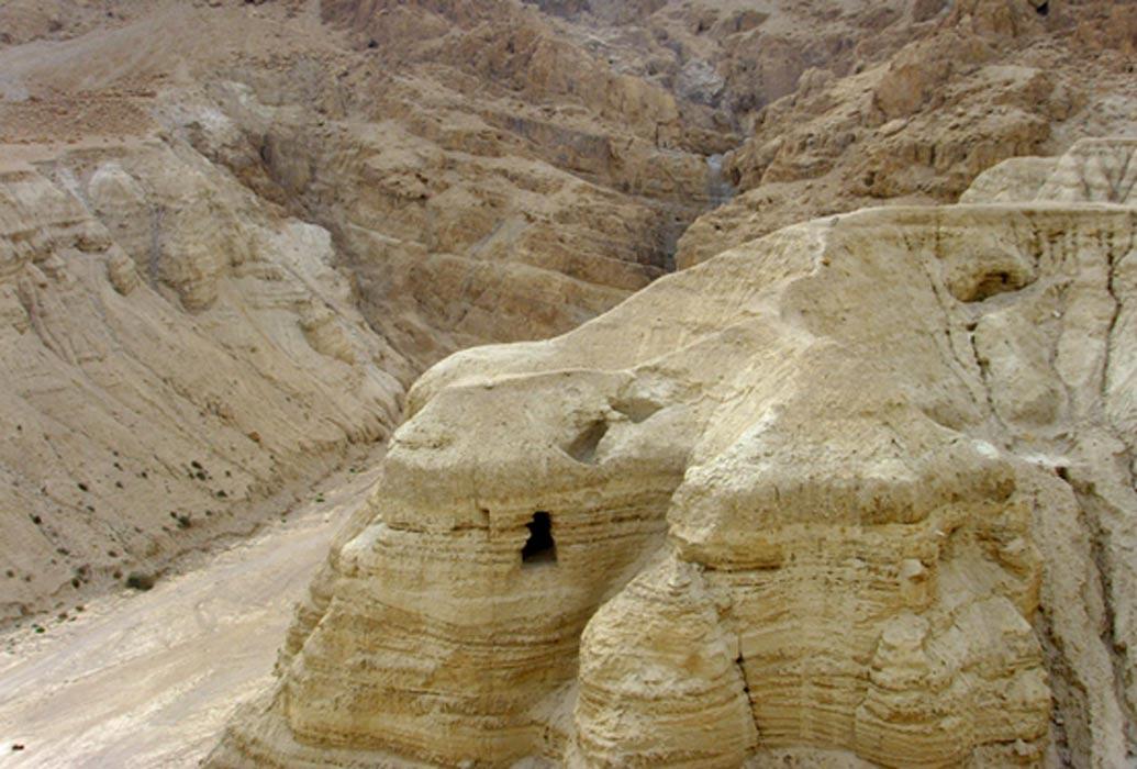 Cueva 4 de Qumram, situada en el desierto de Judea. En esta cueva se encontraron el noventa por ciento de los famosos Manuscritos del Mar Muerto. (Public Domain)