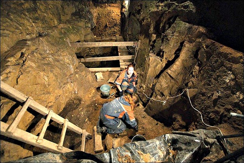 Imágenes de la entrada a la Cueva de Denisova, ubicada en el macizo de Altái siberiano, cerca de la frontera entre Rusia y Mongolia. (Fotografía: Ancient Origins.net)