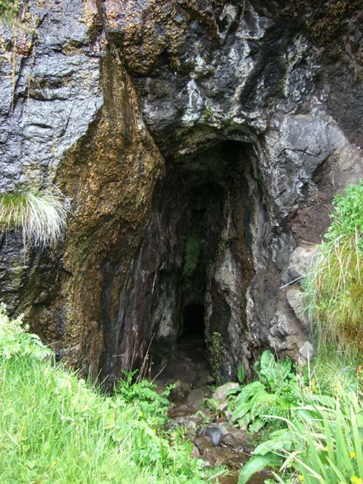 Entrada a la cueva de la isla de Eigg donde fueron encontrados los huesos de los Macdonalds el pasado mes de octubre. Las autoridades tienen la intención de dar sepultura a los huesos una vez se hayan llevado a cabo los análisis pertinentes. (Wikimedia Commons/Christian Jones photo)