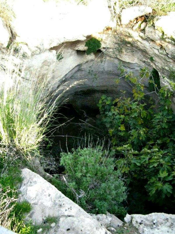Entrada a la cueva de Horvat Burgin, situada en la reserva Natural Adullam, Israel. (Fotografía: Alexander Koltypin/La Gran Época)
