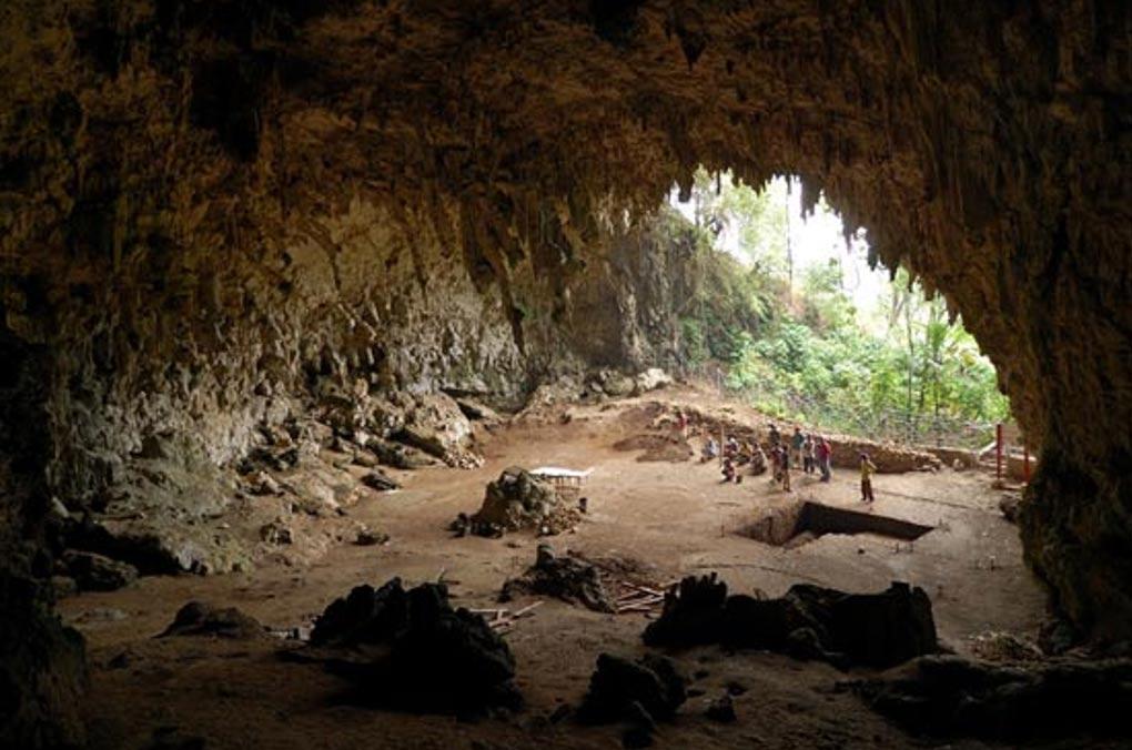 Cueva en la que fueron descubiertos en el 2004 los restos del Homo floresiensis, Liang Bua, isla de Flores, Indonesia. (CC BY-SA 2.0)