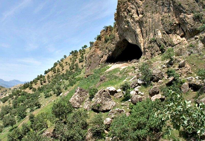 Vista exterior de la entrada de la cueva Shanidar, en el Kurdistán iraquí. (JosephV /GNU FREE)