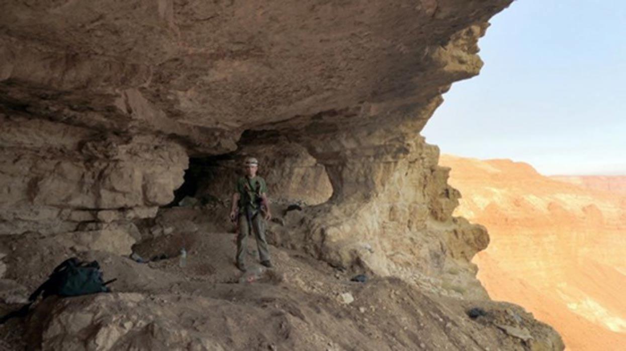 Investigador en la Cueva de las Calaveras (Fotografía: cortesía de la AAI)