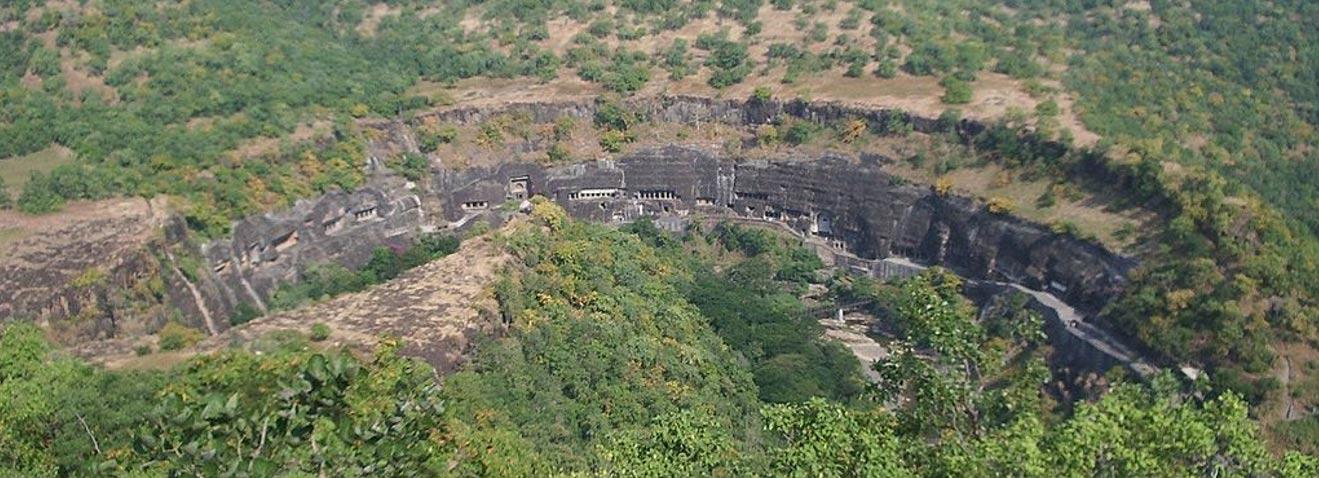 Otro conjunto de cuevas budistas de la India es el de las Cuevas de Ajanta, vistas aquí desde un río cercano. (Peter van Londen/CC BY SA 3.0)